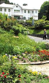 バラなどの草花が咲く大正ロマン館周辺