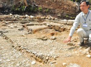室町時代の池跡に敷き詰められた河原石=米原市の清滝寺・能仁寺遺跡で