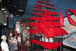展示が始まった帆船形の大凧「浜風丸」=輪島市塚田町で