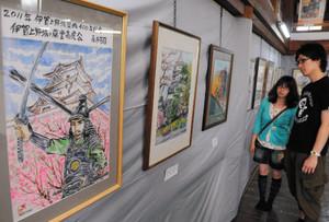 伊賀上野城のさまざまな風景を描いた作品が並ぶ会場=伊賀上野城大天守閣で