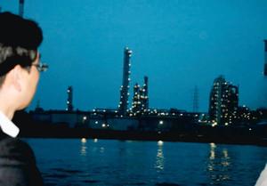 船上から夜景を眺める参加者=四日市港で