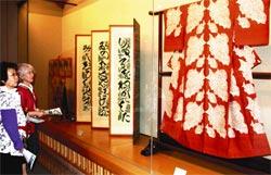 細やかな「型絵染」の作品が並ぶ特別展。右は、芹沢の代表作「鯛泳ぐ文着物」