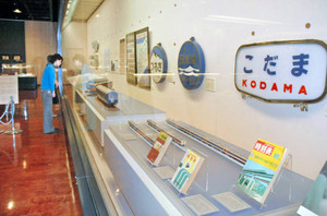 鉄道に関する資料などが展示されている特別展=県立歴史博物館で