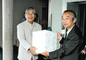 井上副館長から記念品を受け取る清水さん(左)=飯田市の市美術博物館で