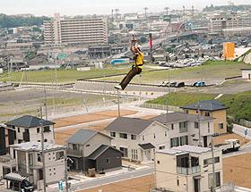 住宅のはるか上を通過する空中スライダー