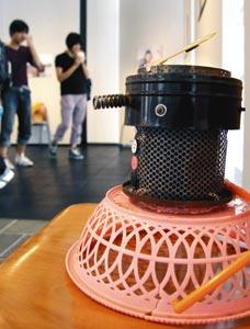 がれきから見つかった家電製品の部品から制作した作品=浜松市中区中央の静岡文化芸術大学で