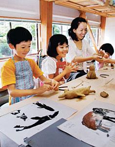 粘土で動物の人形作りに取り組む子どもたち=能美市九谷焼陶芸館で