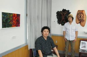 宮原さん(右)ら若手作家の作品が並ぶ会場=彦根市の鳥居本駅舎で