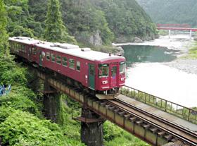 鉄橋を渡る長良川鉄道の列車=岐阜県郡上市の美並苅安駅-福野駅間で