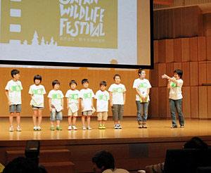 特別ゲストとしてボランティアスタッフに加わる福島県の小学生ら=富山国際会議場で
