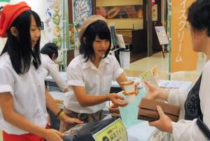 白川茶を使ったオリジナルのアイスを販売する岐阜農林高校の生徒=岐阜市正木中1のマーサ21で