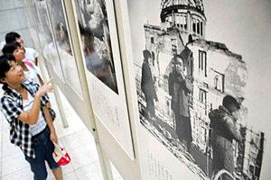 原爆投下後の広島や長崎を伝えるパネル展示=射水市新湊中央文化会館で