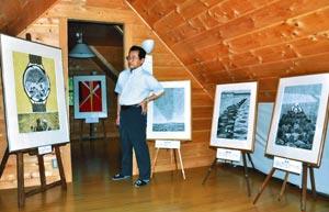 静岡空襲の記憶をイメージした作品について説明する岡本さん=掛川市で