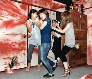 突然現れたお化けに悲鳴を上げる人たち=名古屋市東区のオアシス21で