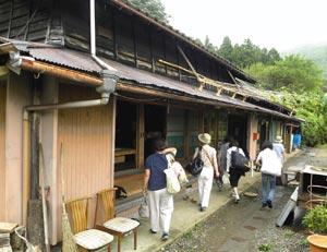 女性グループの宿泊客を迎える「くんま遊楽亭たべや」=浜松市天竜区熊で