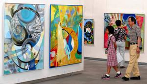 自由な作風の絵画が展示される形象派展=名古屋市東区東桜の県美術館ギャラリーで