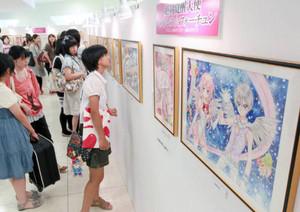 漫画家種村有菜さんが鮮やかに描いたイラストが並ぶ会場=名古屋市中区の名古屋三越栄店で