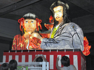 駅利用者の目を引いているお市の方(右)と江を模した巨大なあんどん=福井市のJR福井駅東口で