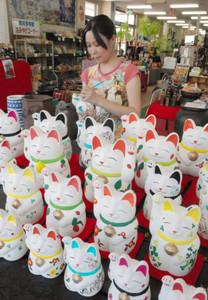 新作の招き猫を仕上げる沢田佳代さん=常滑市奥条で