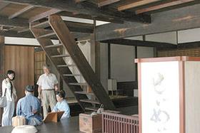 旅籠屋「清明屋」で、江戸時代の雰囲気に浸る見学者