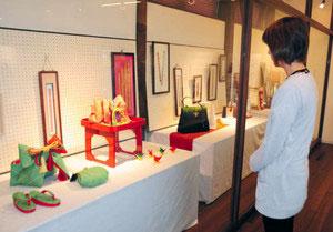 帯締めだけでなく、バッグなどさまざまな作品が展示されている組紐展=となみ散居村ミュージアムで