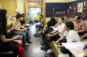大会の打ち合わせをする各地の出場チームのメンバーら=松阪市平生町商店街で