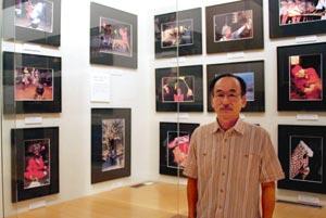 三遠南信地域の祭りを四季ごとに写真に収めた北川天さん=浜松市西区の舞阪郷土資料館で
