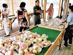 道の駅「信州平谷」の市場には、出回り始めたリンゴが並ぶ
