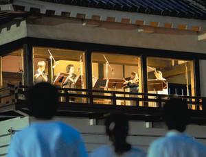月見櫓で音楽を奏で、秋の夜を演出する演奏家たち=松本市の国宝松本城で