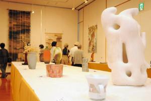 ずらりと並ぶ多彩な作品の数々=伊那市の伊那食品工業かんてんぱぱホールで