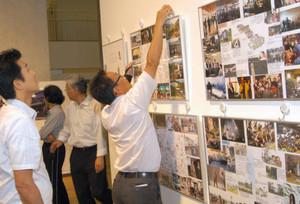 ロケ現場の写真パネルを飾り付けるFC関係者=塩尻市の市民交流センターで