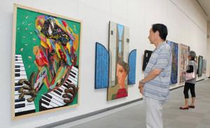 個性豊かな作品が並ぶ会場=名古屋市東区の県美術館ギャラリーで