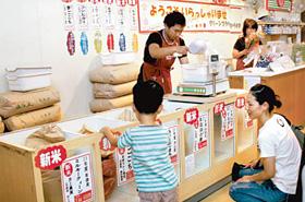 道の駅「草津」で近江米の新米を買い求める親子