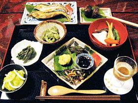 板倉の宿「種蔵」では、山菜や落ちアユなどの滋味豊かな田舎料理が味わえる