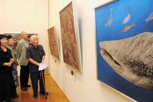伊勢型紙の技法を活用した「彫型画」の作品の数々=津市の県文化会館で