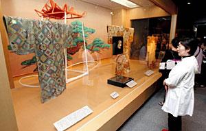 豪華な能装束や能面が展示された会場=金沢能楽美術館で
