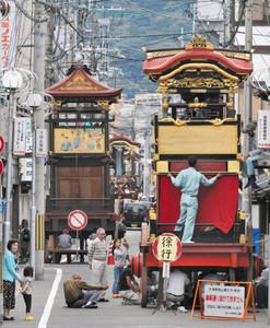 大津祭を前に各町で組み立てられる曳山=大津市中央で