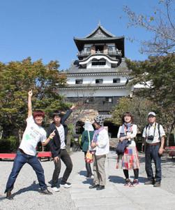 犬山城の観光ガイドとしてデビューしたサムタイムズ(左端の2人)=犬山市の国宝犬山城で