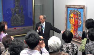来場者に作品を解説する絹谷幸二さん(中央)=一宮市博物館で