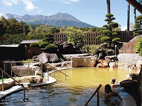 御岳明神温泉「やまゆり荘」の展望露天風呂からは、御岳山が一望できる