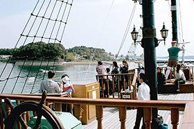 エスペランサ号から英虞湾を望む人たち