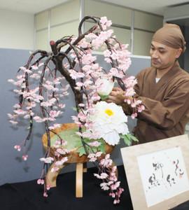 工芸菓子「花紅柳緑」と安藤さん=中津川市栄町の「にぎわいプラザ」で
