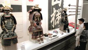 幕末の第一次長州征伐などに持って行った具足(右端)などが並ぶ特別展=岐阜市大宮町の市歴史博物館で