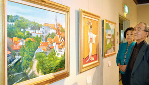 旅先の風景などを描いた作品が並ぶ「彩風会油絵展」=名古屋市中区で