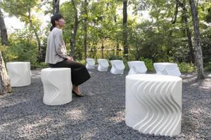 ガーデンの草木と調和する新作のいす=菰野町のパラミタミュージアムで