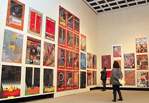 色鮮やかで個性的なデザインのポスターが並ぶ会場=県立近代美術館で