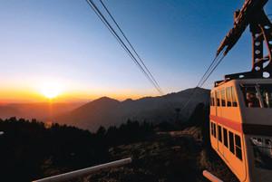夕日を眺められるように時間を延長して運転される新穂高ロープウェイ=高山市奥飛騨温泉郷で