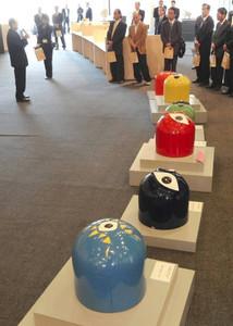 開幕した「岡本太郎と信楽展」。手前は「座ることを拒否する椅子」=甲賀市信楽町の信楽産業展示館で