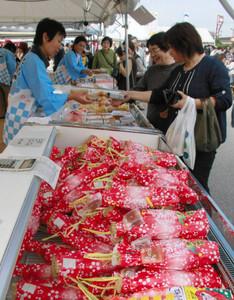 納豆など特産品を買い求める来場者たち=彦根市野瀬町のひこね市文化プラザ駐車場で
