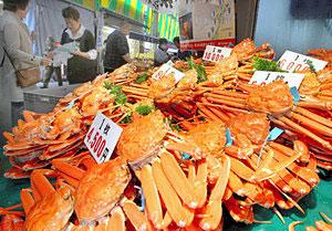 漁が解禁され、店頭にずらりと並ぶズワイガニ=金沢市の近江町市場で